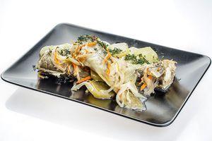 Запечь в духовке, разогретой до 200С 30-40 минут до готовности рыбы и овощей. Готовую рыбу украсить зеленью.