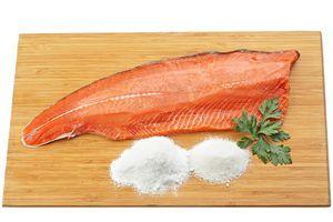 Для начала приготовьте слабосоленого кижуча. Для этого понадобится 1 филе рыбы на коже без костей, 3ст.л соли и 1,5 ст.л сахара. Филе обсыпьте смесью сахара и соли, заверните плотно в пергамент, затем уберите в холодильник на 5-6 часов. Готовую рыбу разделите на куски нужного размера, заверните в пищевую пленку и заморозьте.