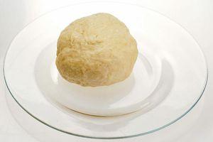 Готовое тесто заверните в пищевую пленку и положите в холодильник на 30 минут.