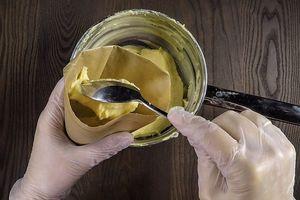 Готовое тесто переложить в кондитерский мешок или корнетик из пергамента.