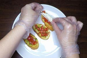 Буратту разрезать на дольки и выложить на помидоры