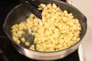 Яблоки нарезать небольшим кубиком, обжарить на сливочном масле (50г) с сахарной пудрой.
