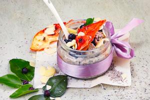 Украсьте ягодами или фруктами на ваш вкус и миндальными лепестками.