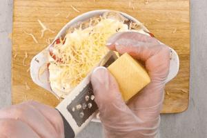 За 5 минут до конца готовности посыпать сверху тертым сыром