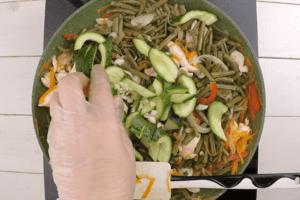 Добавить папоротник, огурцы и чеснок, обжарить еще 4-5 минут. Влить соевый соус по вкусу (если папоротник соленый, то можно соевый соус не добавлять). Выпарить 3-4 минуты.