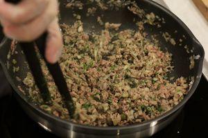 Приготовить начинку: слегка обжарить лук с фаршем. Остудить.