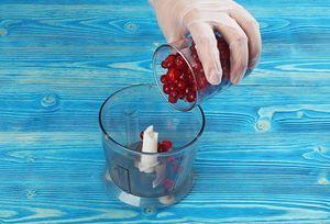 В чашу блендера выложить ягоду