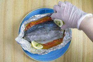 Готовую рыбу переложить вместе с фольгой на тарелку, аккуратно. Чтобы не обжечься развернуть фольгу в виде «тарелочки».
