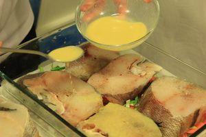 Сверху на овощи уложить стейки рыбы, залить смесью белого вина и горчицы.