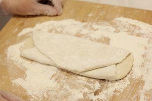 Раскатать получившееся тесто скалкой, затем сложить в трое, снова раскатать. Так повторить 3 раза.