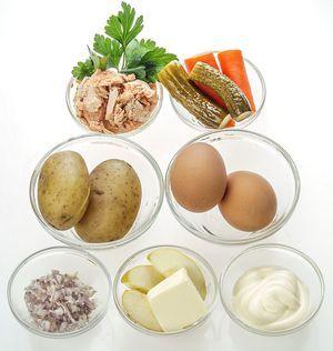 Сварите картофель, морковь и яйца.