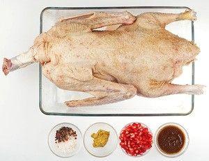 Гуся разморозьте естественным способом на нижней полке холодильника. Удалите остатки перьев (если необходимо). Для маринада смешайте оливковое масло с бальзамическим уксусом, добавьте горчицу. Затем тушку натрите солью и перцем внутри и снаружи.  Зерна граната разомните ложкой или пестиком. Обмажьте гуся гранатом и заправкой. Закройте пищевой пленкой и уберите в холодильник мариноваться на 2 суток.