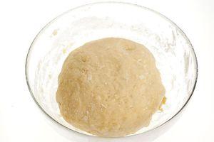 Готовое тесто накройте пищевой пленкой и поставьте в теплое место на 60 минут.