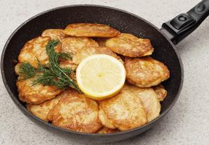 Драники обжарить на разогретой с растительным маслом сковороде, по 2-3 минуты с каждой стороны, до румяной корочки.