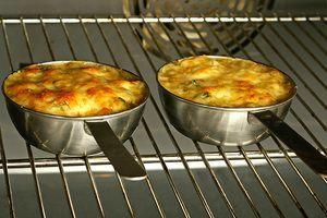 Поставить в разогретую до 200С духовку на 7-10 минут. ( пока жюльен не начнет закипать, а корочка на сыре станет аппетитного золотистого цвета)