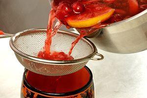 Процедить напиток и пить горячим, пока не улетучились витамины