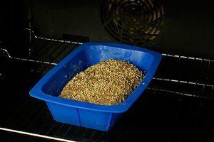 Выложить тесто в форму для выпекания, посыпать поверхность хлеба кунжутными семечками. Поставить в разогретую до 200С духовку на 40-50 минут. Выпекать до готовности.