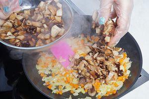 Затем добавьте грибы, посолите, поперчите по вкусу