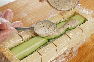 На рис тонкие пластики огурца и еще 2-3ч.л соуса.