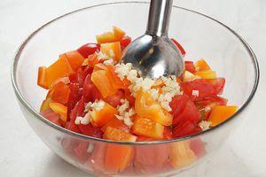 Добавьте к помидорам перец и чеснок, взбейте блендером до однородной косистенции