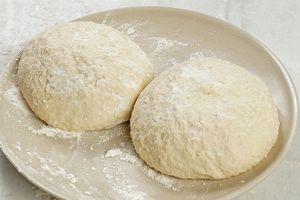 """Готовое тесто разделить на порции. Накрыть пищевой пленкой и дать """"отдохнуть"""" в холодильнике минут 35-40."""