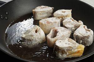 Обжарьте на разогретой с растительным маслом сковороде с двух сторон до румяной корочки.