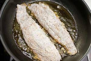Обжарить на разогретой с оливковым маслом сковороде с двух сторон до золотистой корочки, затем довести до готовности под крышкой.