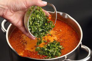 В конце добавьте зелень и нарезанный перец чили. Снимите с огня и дайте настояться супу под крышкой в теплом месте 20-30 минут.