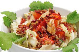 Можно просто перемешать все подготовленные ингредиенты и по вкусу добавить острый соус шрирача или табаджан.