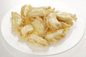 Подайте вареники с сливочным маслом или сметаной.