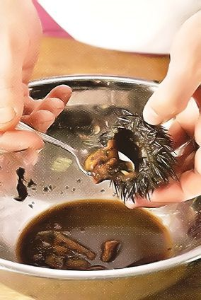 У ежей срежьте и выбросьте верхушки, панцири сохраните, промойте кипяченой подсоленной водой. Икру ежей аккуратно выньте, взбейте со сливками и яйцами, приправьте солью и перцем. Наполните приготовленной смесью раковины и поставьте в разогретую до 160°С духовку на 8-10 мин.