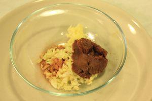 Приготовить заправку:смешать в чашке острый перец,  часть рубленной зелени, мелко нарезанный чеснок и корень имбиря.