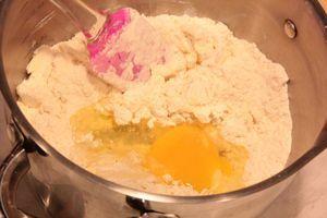 Приготовить песочный корж: смешать муку, сахар, размягченное сливочное масло. В конце ввести 1 яйцо и замесить пластичное тесто. Раскатать тонким слоем, примерно в 1-1,5 см.