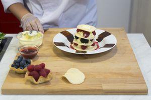 На десертную тарелку выложите в центр приготовленный кружок печенья, на него 1-2ст.л сыра  + ягода, затем снова печенье, сыр и ягоду. Укладывайте слоями печенье, сыр, ягода до нужной вам высоты (3-4 уровня).