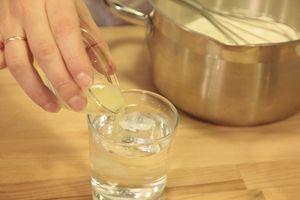 Сварить гречневую крупу, слегка подсолить. Гречка должна быть рассыпчатой, не вязкой.