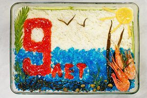 Украсить салат икрой, морепродуктами, голубым желе.