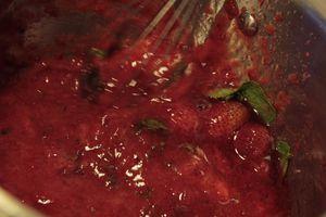 Сформировать из орехово-сливочной массы колбаску, завернуть в пищевую пленку и убрать в морозилку на 30 минут.