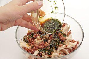 Для заправки: смешайте кунжутное масло, соевый соус, мелко нарезанный чеснок, кинзу и сахар. Хорошо перемешайте. Заправьте рис с курицей, дайте настояться 7-8 минут.