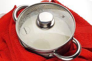 Заверните посуду в полотенце и оставьте на 8-10 часов в теплом месте или используйте йогуртницу.
