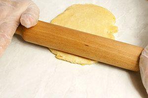 Готовое тесто тонко раскатать ( примерно 2-3 мм толщиной)