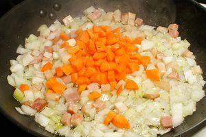 Затем добавить морковь, обжарить до мягкости овощей