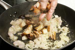 Растопить сливочное масло на разогретой сковороде, обжарить лук шалот 2-3 минуты, добавить грибы. Жарить до выкипания грибного сока, посолить, поперчить по вкусу