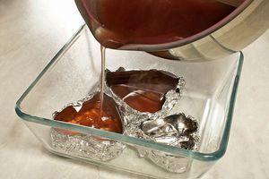 Разлейте желе по формам и поставьте в холодильник на 50-60 минут до полного застывания
