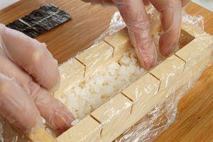 Подготовленный рис выложите в формовку слоем 1-1,5см
