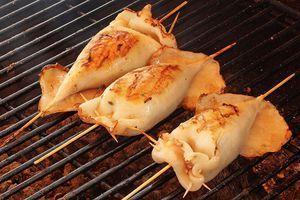 По желанию, подготовьте тушки кальмаров, как в рецепте Кальмар-гриль фаршированный http://www.delikateska.ru/recipes/kalmar-gril-farshirovannyi-2650.
