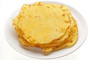 Раскатайте шарики в тонкие лепешки, толщиной 3-4 мм. Обжарьте на разогретой с небольшим количеством масла сковороде до золотистого цвета. Переложите на бумажное полотенце, чтобы убрать лишнее масло.