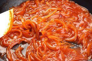 Добавьте к луку томатную пасту и немного бульона, потушите еще 2-3 минуты.