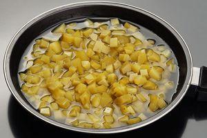 Огурцы припустите в небольшом количестве рассола 2-3 минуты. Если огурцы очень соленые, то можно добавить вместо рассола бульон.