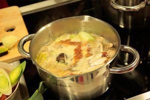 В котелок выложить капусту китайскую, лапшу,грибы, творог тофу, угря. Залить бульоном. Варить примерно 10 минут, до мягкости капусты.