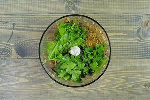 Чеснок и острый перец пробить в блендере, добавить приправу, по желанию можно добавить веточки кинзы.